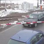 警察から逃走して踏切を突き破る車