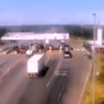 料金所に接近するトラック