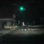 赤信号を無視して交差点に進入してくる車