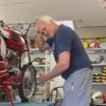 バイクの異音をチェックするおじさん