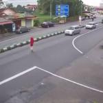 無理に道路を渡る女性