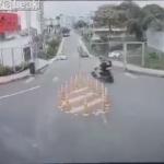 交差点を曲がるバイク