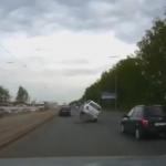 マンホールの爆発に巻き込まれて浮く車