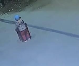 マンホールの蓋を持ち上げる子供