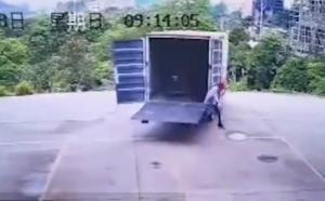 トラックから慌てて飛び降りる運転手