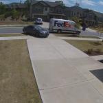 人の家の敷地に進入し、家主のフリを試みる車