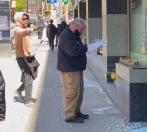 警察官に棒で殴りかかる男性