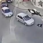 車の前に倒れ込む恥ずかしい当たり屋