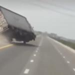横転しそうになるトラック