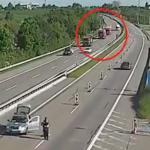 事故現場に向かって行くトラック