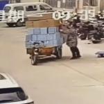 荷造りをする女性とその前方を通過しようとするバイク