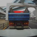 トラックの死角に割り込む車