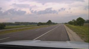 事故発生直前の路肩に停車するパトカーのダッシュカム映像