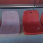 変色したプラスチックの椅子