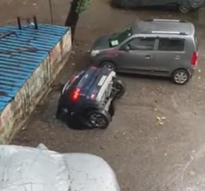 謎の穴に沈んでいく車