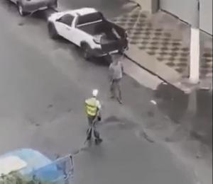 警察官に詰め寄る男