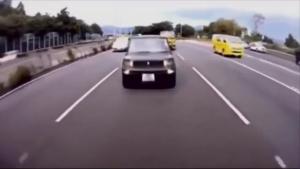 接近してくる黒い乗用車