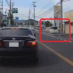歩道を暴走する軽自動車