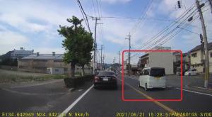 車道を逆走する軽自動車