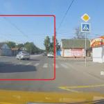 交差点に進入する救急車と左折車