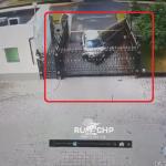 大使館の門に突っ込む車