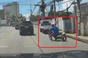 無謀な運転の末、転倒するバイク