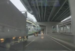 前方から迫る逆走車のヘッドライト