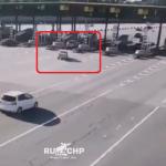 高速道路の料金所に突っ込む車