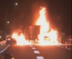 燃える3台の車両