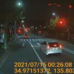 スマホ運転で信号無視をする車