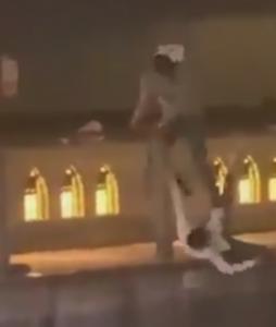 被害者を蹴る加害者