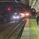 事件の影響で緊急停止する電車