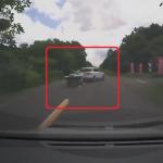 逆走追い越しをする撮影者と前方で右折をする車