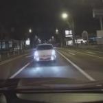 後ろから猛スピードで迫る乗用車