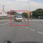 撮影者のバイクの前で左折を試みるトラック