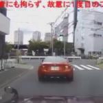 撮影者の前で減速するスポーツカー