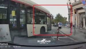 バスと接触寸前になるスクーター