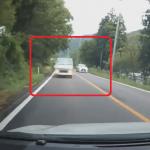 対向車線から飛び出してくるトラック