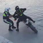 バイクから犯人を引きずり下ろす警官