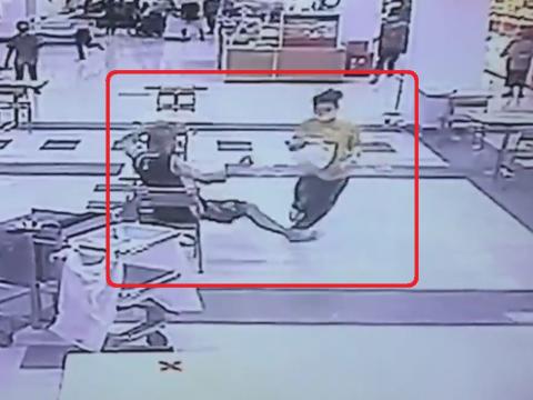 足をひっかけられる強盗
