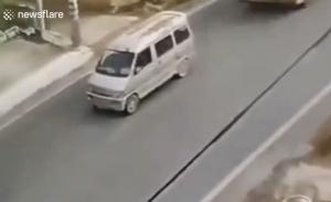 止まっている白い車