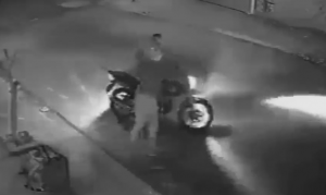 バイクを盗もうとする強盗