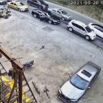 【海外ニュース】トラックが渋滞の列に突っ込み、次々と車を破壊。