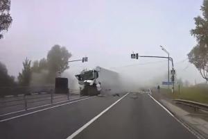 分離帯を破壊してはみ出してくるトラック