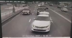 無理な追い抜きを試みる車