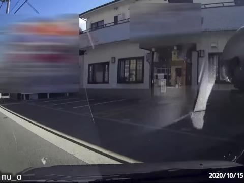 撮影車に衝突するバイク