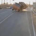 傾くトラック