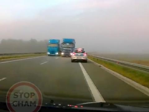 無理な追い越しでパトカーに迫るトラック